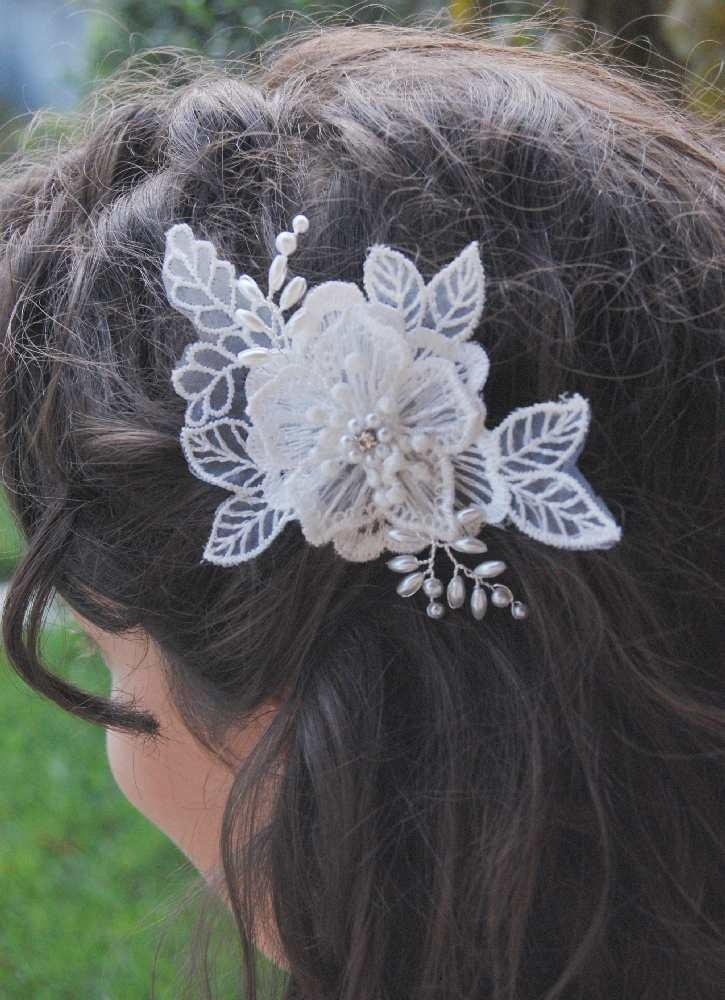 Wedding Ivory Lace Headband, Bridal Pearl Fascinator, Floral Comb with Vines and Leaf, Retro Style Head Piece, Vintage Modern Comb, ELEA. €28,00, via Etsy.