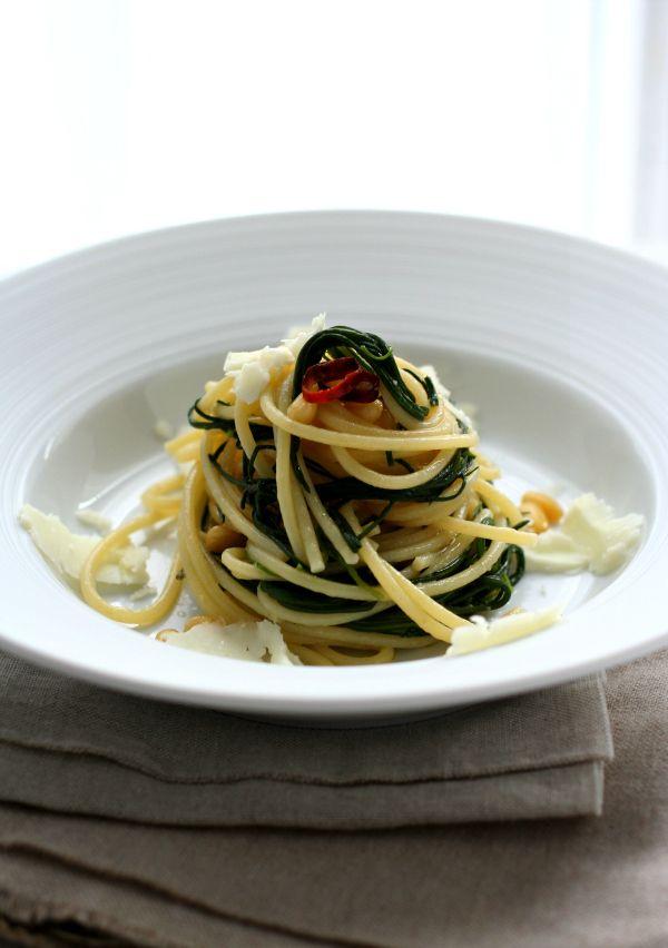 Nidi di spaghetti con agretti, pecorino dolce e pinoli