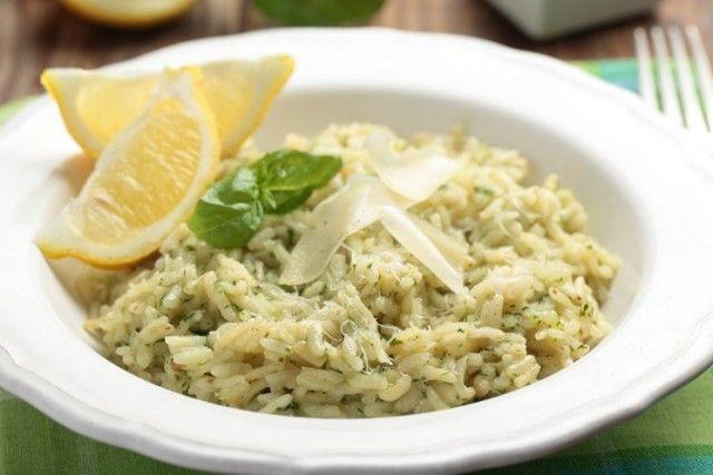 Il risotto al basilico è un primo piatto fresco, originale e perfetto per i vegetariani che non consumano carne. Ecco la ricetta ed alcuni consigli utili per un risultato perfetto