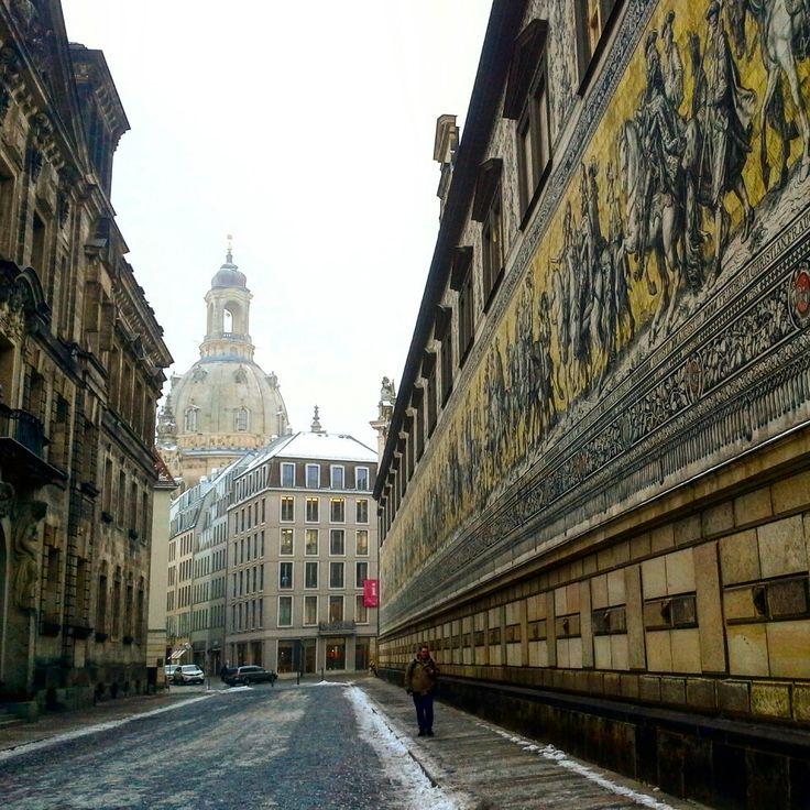 Fürstenzug Dresden mit Blick zur Frauenkirche  #dresden #visitdd #stadtspiel #schnitzeljagd #fürstenzug #frauenkirche #deindresden