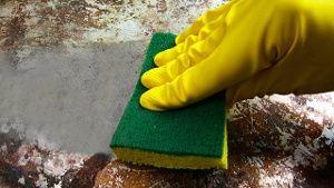 Selbst hartnäckige Verkrustungen lösen sich mit Hausmitteln mühelos. (Quelle: Thinkstock by Getty-Images)