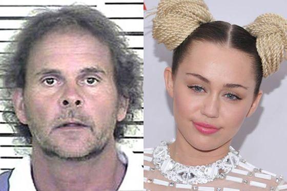 Miley Cyrus.  - Mark McLeod, el acosador de Miley dijo que sí la vigilaba en todo momento y que incluso la cantante le enviaba mensajes secretos por la televisión. Fue arrestado después de encontrarlo espiando a la cantante en un set de filmación.