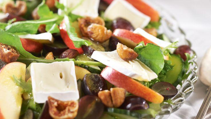 Pehmeät viikunat, briejuusto, omena ja viinirypäleet ovat hedelmäisen viikuna-juustosalaatin herkullinen makuyhdistelmä. Sopii vaikka joulupöytään.