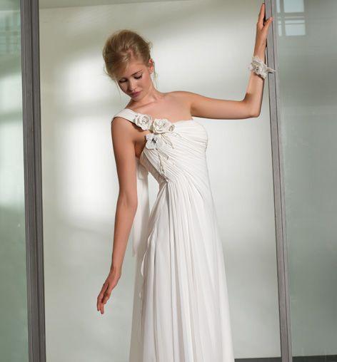 €abito da #sposa con fiori sull'attaccatura della spallina