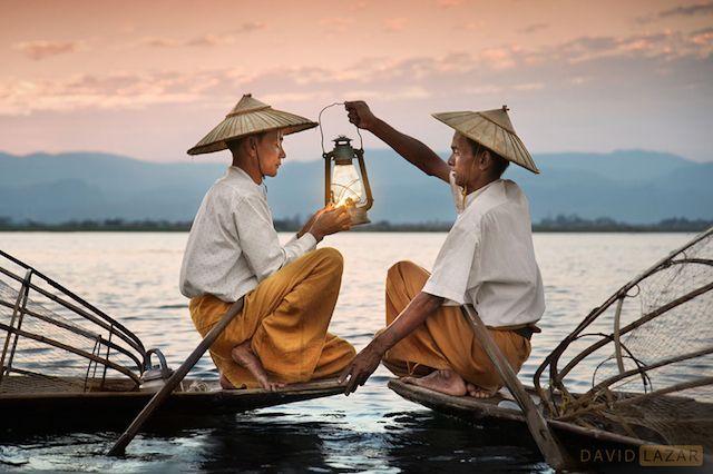 Lors de son voyage en Birmanie, le photographe du National Geographic, David Lazar a capturé des images montrant l'authenticité de cet incroyable pays en dressant le portrait de ses habitants ou en dévoilant la beauté époustouflante de ses paysages. À découvrir dans la galerie.