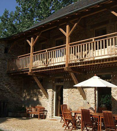Chambres d'hotes et gite de charme au bord de l'eau à 20 minutes de Belcastel et Rodez. Table d'hote sur reservation.
