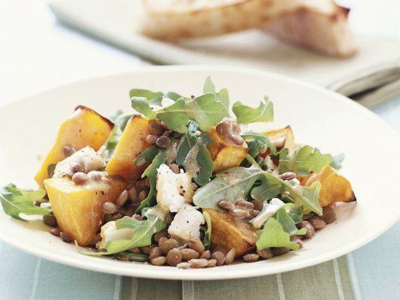 Linsen-Kürbis-Salat mit Ziegenkäse | Zeit: 45 Minuten | http://eatsmarter.de/rezepte/linsen-kuerbis-salat-mit-ziegenkaese