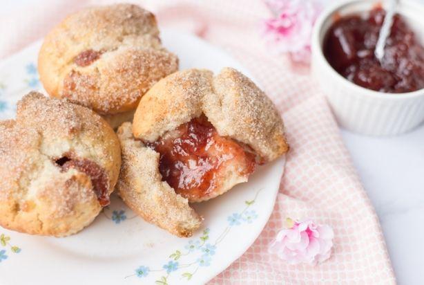 Met het maken van échte donuts ben je vaak wel even bezig, maar deze heerlijke donutmuffins staan al binnen een half uur op tafel. Ze hebben qua smaak iets weg van donuts en hebben de looks van een muffin. De kaneelsuiker zorgt voor een lekker knapperig laagje met daaronder het luchtige van de muffin. Klinkt heerlijk toch? Enjoy!