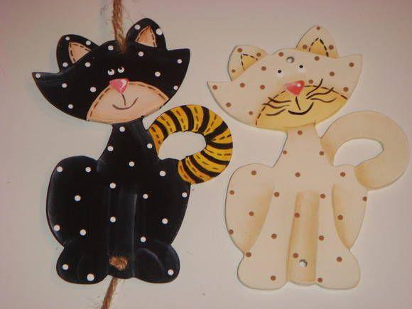 Móbile com 2 Gatinhos em Pintura Country. Presos com fio encerado cru e miçangas entre eles e na ponta. Tamanho de cada gatinho: 8x11cm - Tamanho total móbile de 2 gatos: 8x50cm.