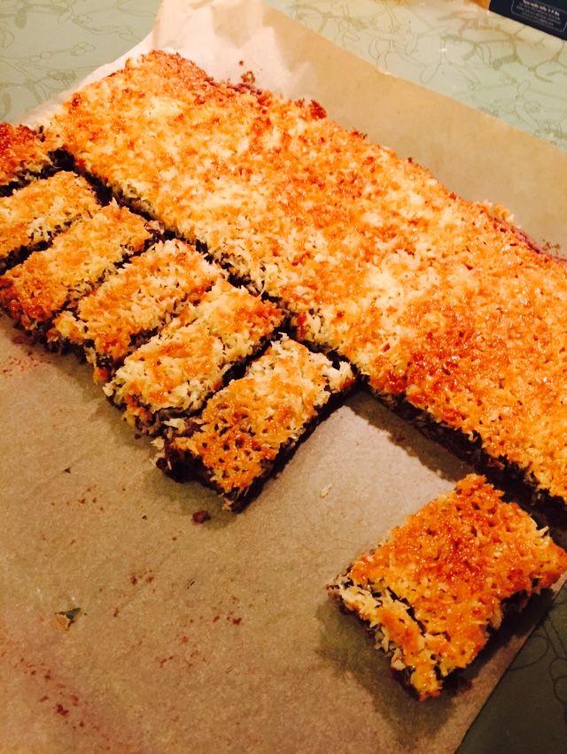 Lækker blød kage med karamel og kokos glasur. Den perfekte dessert - næsten som konfekt