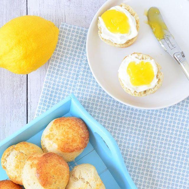 Deze zalige citroenscones met zelfgemaakte clotted cream en lemon curd staan ook in het artikel van vandaag. Voor nog meer zalige paasbrunch inspiratie ben je dus aan het juiste adres op Laura's Bakery #citroenscones #lemonscones #lemoncurd #clottedcream #paasbrunch