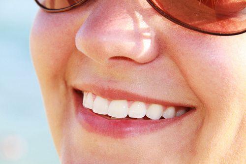 Gelbe Zähne bleichen: Hausmittel für weissere Zähne. Einfach Zähne selber bleachen und natürlich aufhellen. Hier finden Sie die besten Bleichmittel.