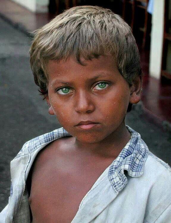les beaux yeux verts de ce garçon brésilien