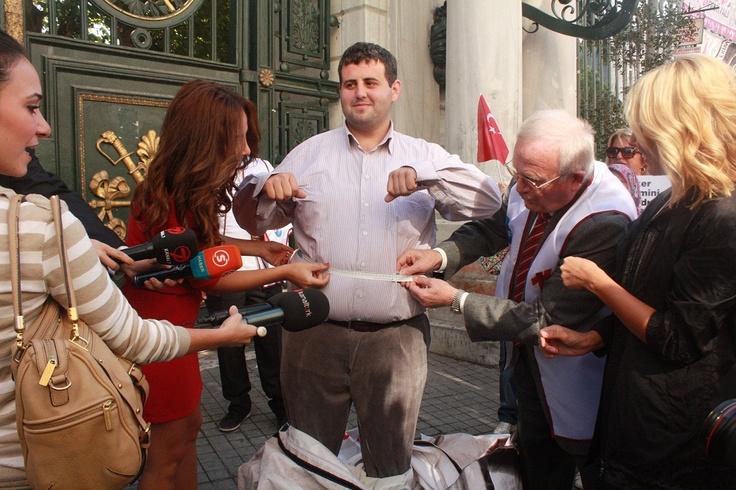 Kendisi de obezite hastası olan 'Şeker Abi' Cem Çürük, 28 yaşında 136 kilo ve bir çok hastalıkla karşı karşıya. Çürük, Türk Böbrek Vakfı Başkanı Timur Erk ile beraber aşırı şeker tüketimi ve Obeziteye dikkat çekmek için ortak söylemlerle toplumu bilinçlenmeye davet ettiler.