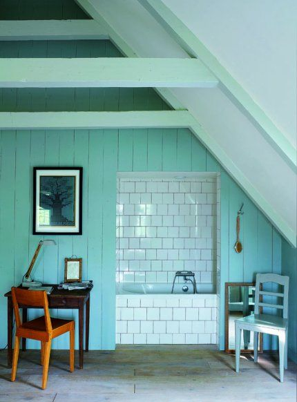 Une salle de bains dans une alcôve  Après cinq années de travaux, René Knip et sa femme Jorien Van Nes peuvent afin habiter leur charmante demeure, une ancienne ferme typique du XVIIIe siècle à quelques kilomètres d'Amsterdam. Dans toutes les pièces, ils ont utilisé les couleurs du nord jouant sur les bleus, les blancs et toutes les nuances de gris.