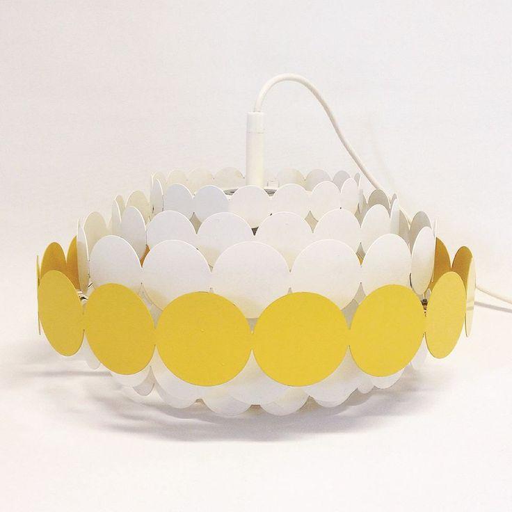 Doria pendel. Ringe af metal i hvid og gul.