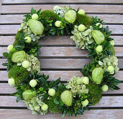 adventskrans in groene tinten en zelfgemaakte kerstballen van steekschuim als bloemstuk