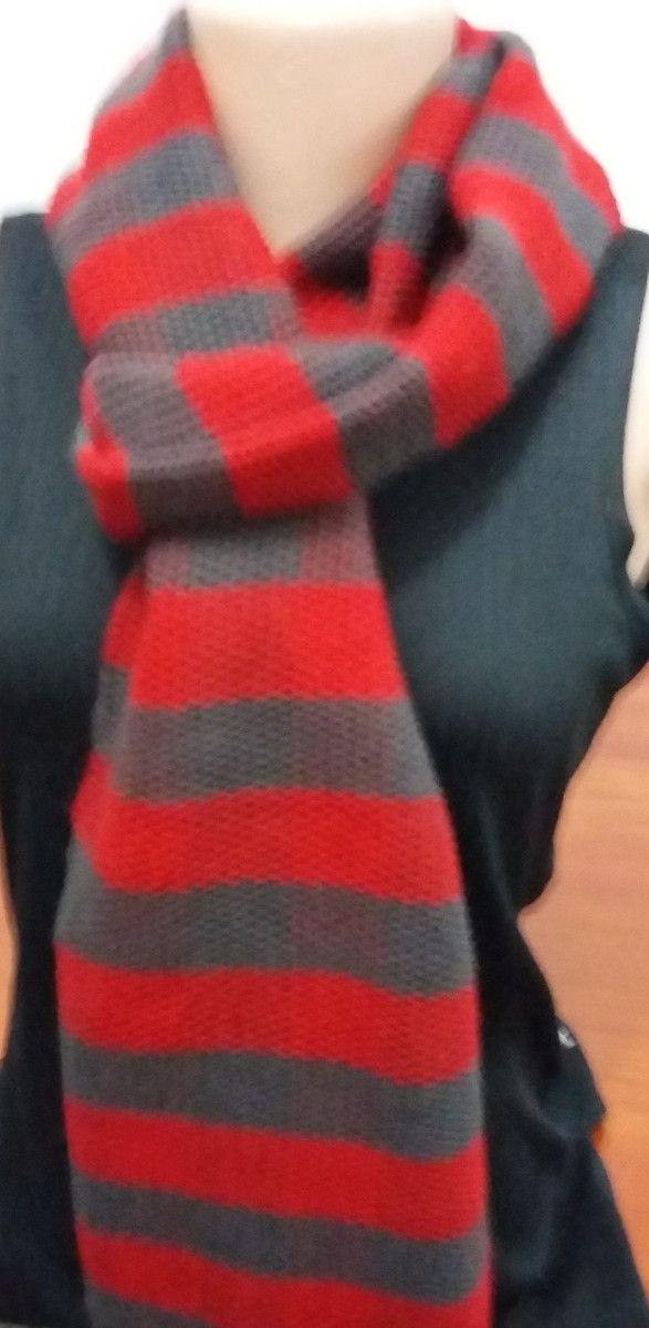Cachecol xadrez em vermelho e cinza peça muito versátil tecido manualmente em tear, fio 80% acrílico 20%lã.Olha que lindo ficou!