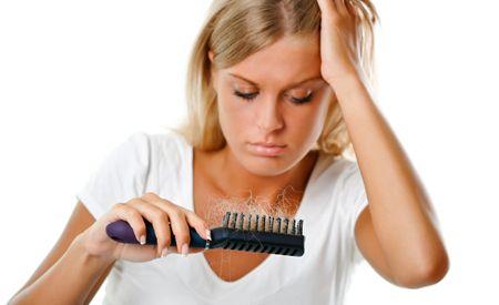 (Zentrum der Gesundheit) – In Deutschland und der Schweiz leiden insgesamt über vier Millionen Frauen unter Haarausfall. Nicht selten ist dafür ein hormonelles Ungleichgewicht verantwortlich, das insbesondere in den Wechseljahren und nach einer Schwangerschaft den Haarwuchs beeinträchtigen kann. Haarausfall bei Frauen gilt jedoch immer noch als Tabuthema, weshalb viele Betroffene den Weg der Isolation wählen. Doch es gibt zahlreiche effektive Therapien. Mit Hilfe von Heilpflanzen…