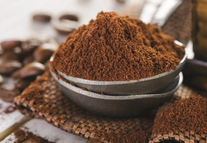 """A kávézacc rendszeresen a kukában végzi, esetleg """"zöldebb"""" háztartásokban a komposztba kerül. Pedig ennek nem kellene megtörténnie, hiszen a ház körüli felhasználhatósága rendkívül sokoldalú. Ahhoz, hogy minél jobban ki tudjuk aknázni ezt a sokoldalúságot, érdemes egy külön, jól záródó edénybe összegyűjteni a napi kávéfogyasztás eme """"melléktermékét""""."""