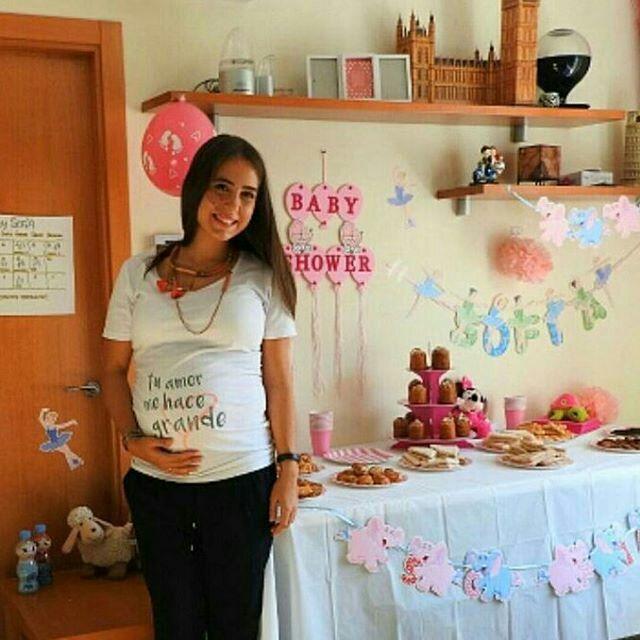 Marta está muy feliz, pues está celebrando su babyshower, y me emociona ver que ha escogido la camiseta de embarazada wondermami para llevar en un momento tan especial. ¿Estás buscando hacer un regalo a una embarazada? Pues tienes esta y otras camisetas de embarazada en www.wondermami.com #camiseta #embarazada #camisetadeembarazada #camisetasdeembarazada