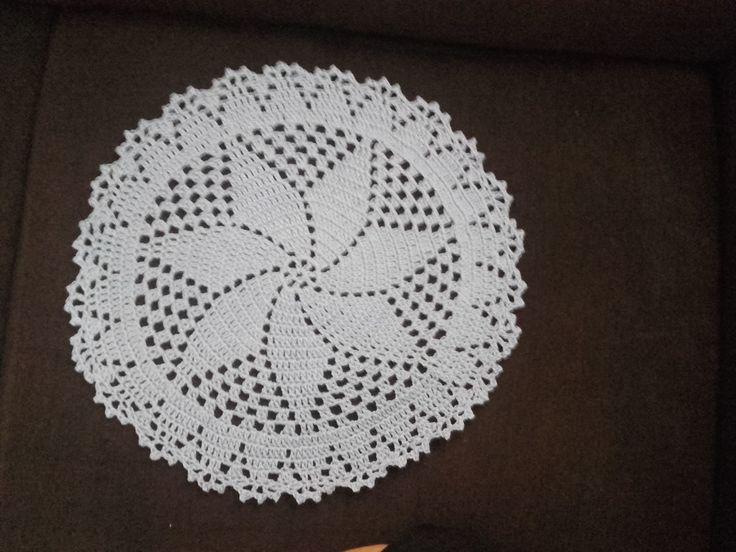 Toalhinha ou sousplat feito à mão em crochê.  34 cm de diâmetro, feito na linha Anne  Se feito no barbante o diâmetro aumenta.  Feito na cor de sua preferência e na linha de sua preferência, podendo ser feito também em barbante.  O mesmo desenho está disponível para confecção de tapete.