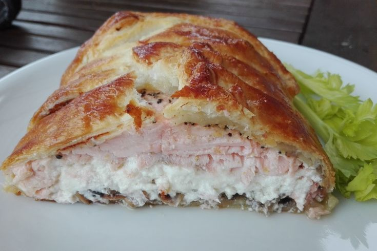 Pyszna rybka inaczej niż zwykle,delikatna ,bardzo soczysta i do tego mięciutki ser feta,i smażone pieczarki ,zawinięte w chrupiące ciasto...