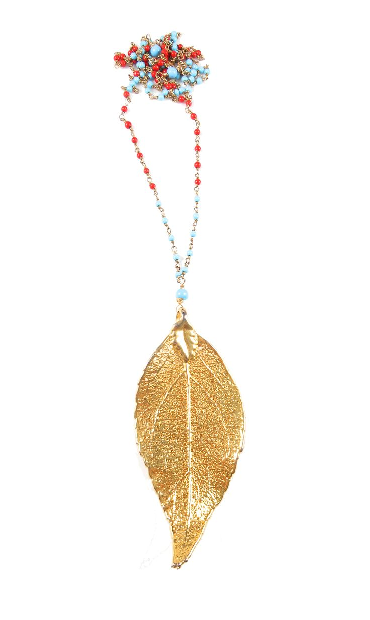 LEAF  - Ketting van kleine turquoise & rood koraal steentjes. 24kt gouden hanger in de vorm van een blad.
