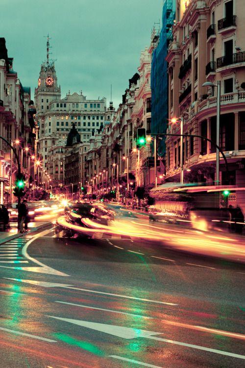 Gran Vía es un calle en Madrid, España. La calle está muy ruidoso porque muchos coches lo conducen en.