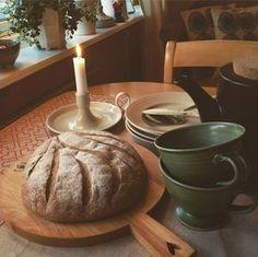 Vad roligt att du hittat till det här receptet på gott glutenfritt bröd. Sedan det här inlägget skrevs har jag uppdaterat receptet, så klicka dig genast vidare HIT för ett ännu bättre och godare bröd. För en tid sedan bakade jag ett så gott glutenfritt bröd (se tidigare recept här) som blivit en återkommande favorit på vårt frukostbord. Det blir ett rejält bröd, som är enkelt att baka (tar visserligen sin tid) och smakar toppengott. Det enda som gnagt lite hos mig är att hälften av mjölet…