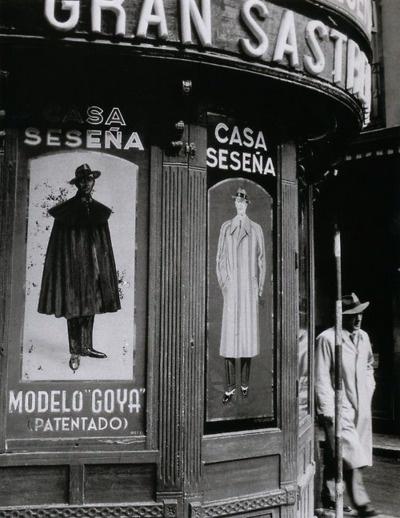 Spain. Taylor Shop, Madrid, 1950 Casa Seseña,las mejores capas españolas