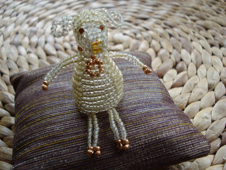 http://img1.etsystatic.com/035/0/7654300/il_570xN.535605989_o70t.jpg Smile gold lamb, beadwork. Aranyszőrű bárányka. Gyöngy kabala négyfelé fűzéssel.