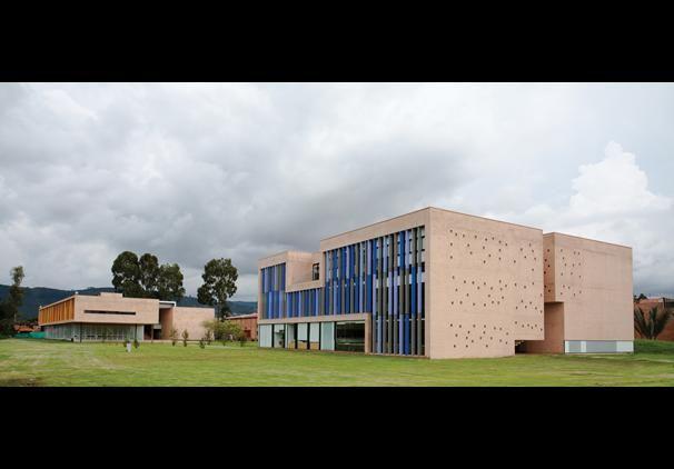 Es una escuela en Bogotá, Colombia. La escuela no es viejo, es nueva.