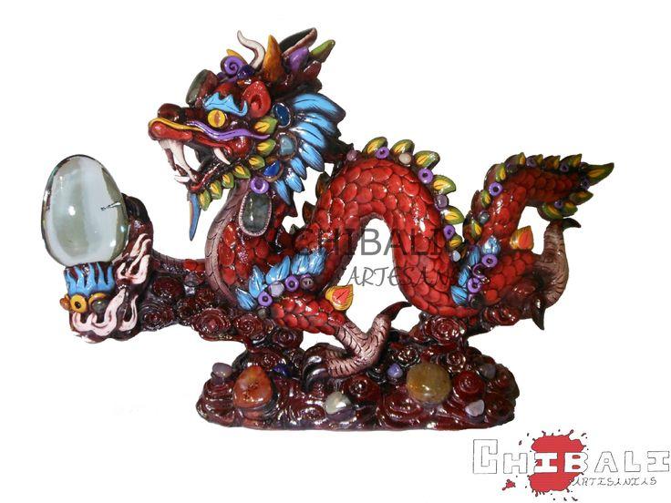 DEMES-DRA01 Largo: 50 cm   Figura decorativa en forma de #Dragón de tamaño medio, recubierta con pasta y piedras de obsidiana y vidrio, ideal el hogar u oficina.