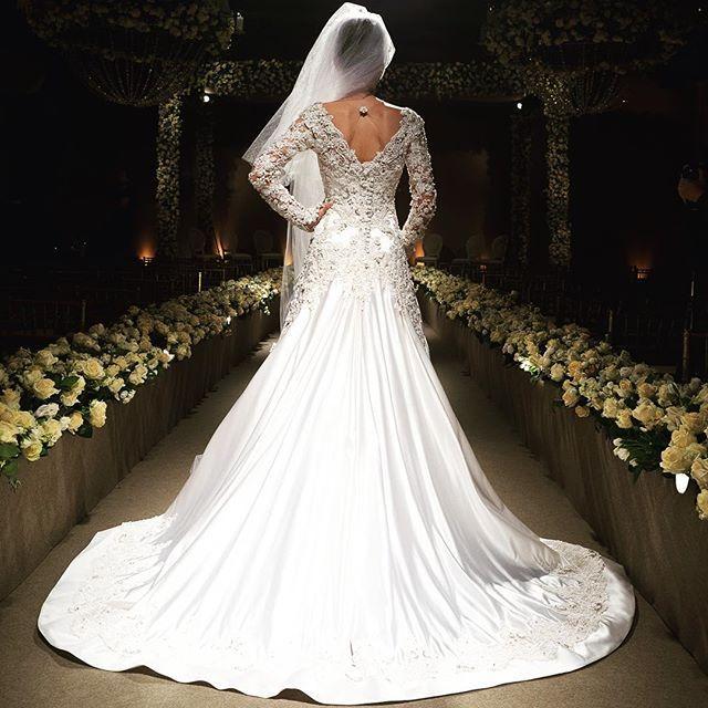 Hoje tem #samuelcirnansck de cair o queixo 🙀🙀 todo em cetim duchese de seda, com renda aplicada em 3D e bordada com pedrarias 💎✨ incrível! 💞 vem que ainda tá disponível! #temnothebridalshop #vestidodenoiva #casamento #wedding #noiva #weddingdress #bride