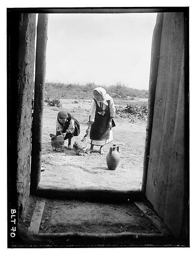 Grèce ; Macédoine ; Negocani (Νίκη-Φλώρινα) (1916-1917) Légende Porte : Jeunes filles s'occupant des poules dans la cour, cruche. Auteur photo Blanchet, Joseph