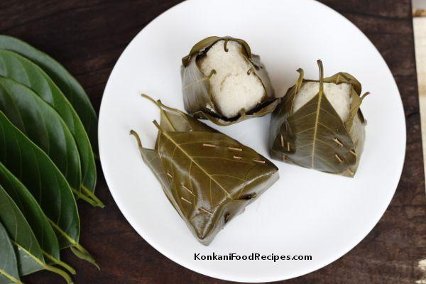 Idlis Steamed In Jackfruit Leaves (Khotto, Hittu, Khotte Kadubu) - KonkaniFoodRecipes.com