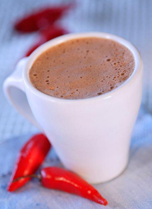 Moctezuma, el último emperador azteca, convidó al conquistador Cortés con un exótico brebaje: era una espumosa bebida de cacao en agua, perfumada con flores y endulzada con miel de abejas. Fue la primera vez que un paladar occidental conoció la maravilla del chocolate.