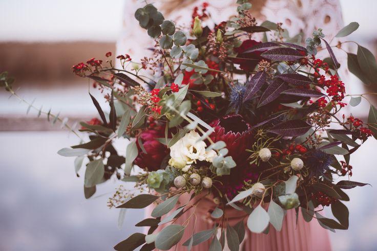 Boho wedding. Dieser wilde natürliche Boho Brautstrauß besticht durch seine Farbkombination in Beeren, Marsalla und Magentatönen. (Blumen: @wildflowerstgt / Foto: @AnaFeh)