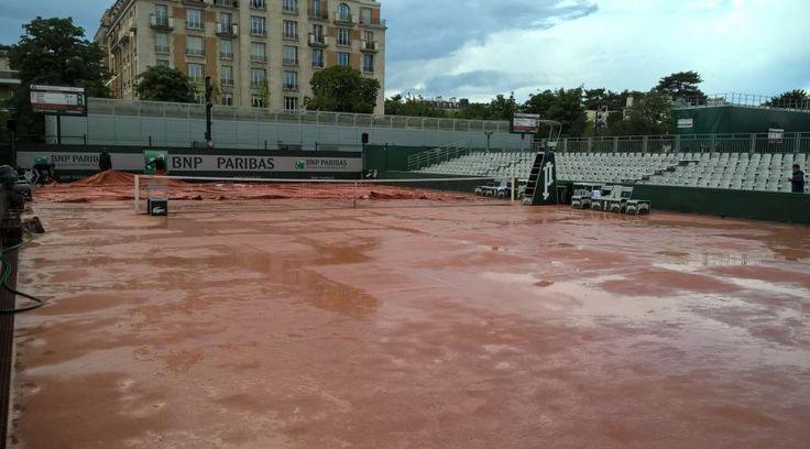 Plusieurs courts annexes de Roland-Garros ont été inondés en raison de la pluie persistante du côté de Porte d'Auteuil.