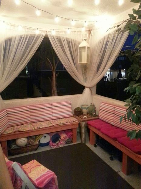 Un balcón como punto de reunión con las amigas, ahí puedes organizar lo que desees, desde una reunión de trabajo, de manualidades, de plática y de fiesta; las cortinas son clave para hacer de este balcón, tu espacio cómplice de todo.