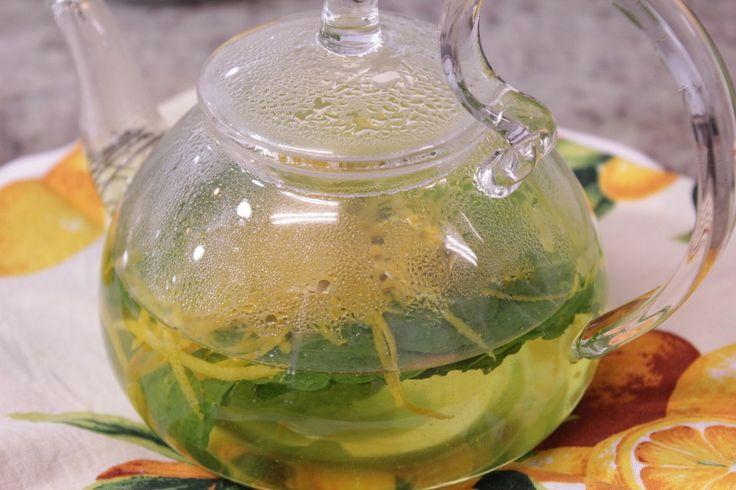 Este chá é uma delícia! A laranja corta o forte frescor do hortelã deixando-o mais suave e muito saboroso! Para acompanhar, sugerimossonhos mara,rocambole de laranjaoubolo de café da manhã:)    Vai precisar de... Raspas da casca de uma laranja 20 folhas grandes de hortelã 2 xícaras de á