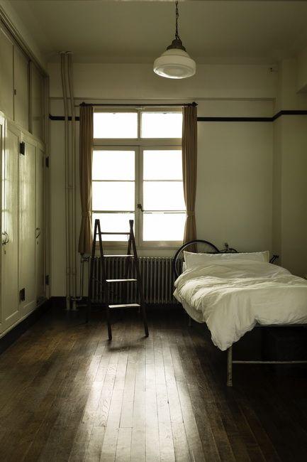 フォルムが美しい古いパイプベッドは、かつて病院で使われていたものだとか