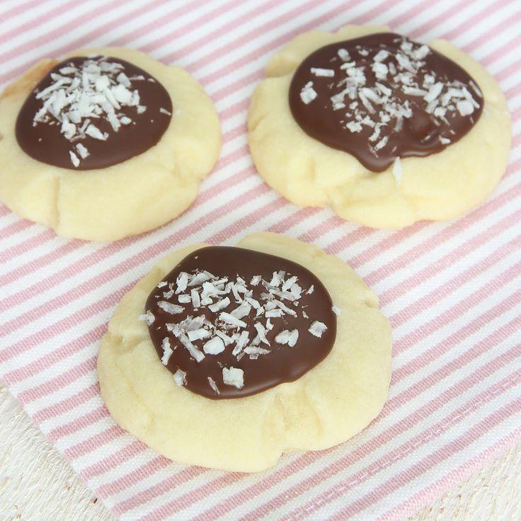 Spröda småkakor med ett täcke av choklad & kokos! Riktiga munsbitar!