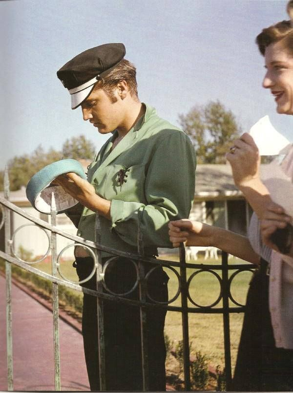 Elvis with a fan at the driveway gate at 1034 Audubon Drive