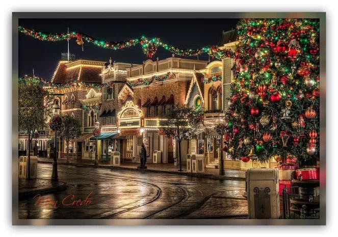 Новый год обновляет надежды,  Обнуляет провалы, невзгоды.  Пусть же будет тепло в вашем сердце  И не будет суровой погоды.    Новый год — это сказка и чудо,  Дарит всем исполнение желаний.  Пусть же будет у вас много света,  Пусть исполнятся все ожидания!    Счастья, радости, много здоровья,  Никогда пусть не будет вам скучно.  Пусть все в жизни идет по порядку,  А точнее, все так, как вам нужно!