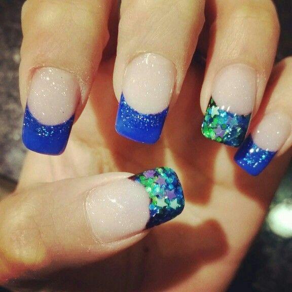 Uñas acrílicas azules con diseño encapsulado