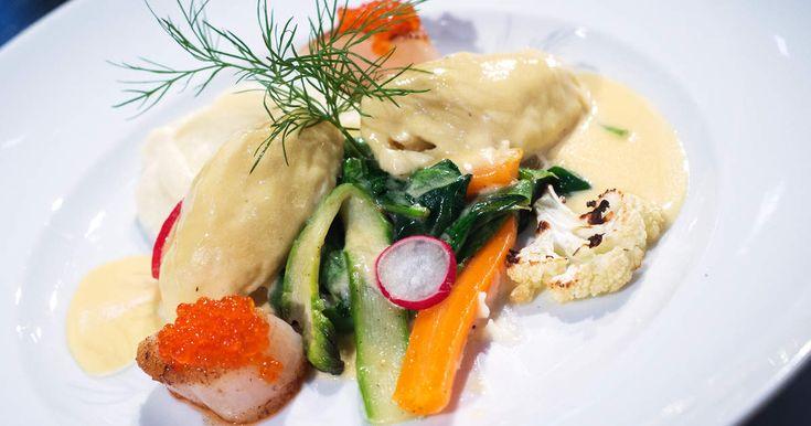 Gösqueneller med pernodsås, primörer, blomkålspuré och halstrad pilgrimsmussla | Recept från Köket.se