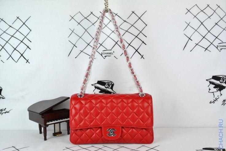 Сумка Chanel Classic Flap Bag красного цвета на цепочке с серебристой фурнитурой