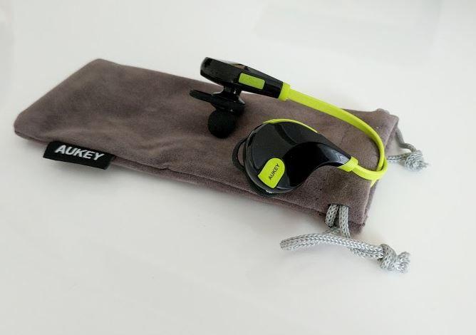 Aukey EP-B4 Bluetooth-Kopfhörer: Günstige In-Ear Sport-Kopfhörer im Test - https://apfeleimer.de/2017/07/aukey-ep-b4-bluetooth-kopfhoerer-guenstige-in-ear-sport-kopfhoerer-im-test - Auch Aukey bietet aktuell sehr günstige Bluetooth-Sport-Kopfhörer an, die wir uns mal etwas genauer anschauen und einem Praxistest unterziehen. Aukey EP-B4 Sport-Kopfhörer Um genau zu sein, geht es in dem Fall um die Aukey EP-B4. Aukey gibt an, dass der Kopfhörer speziell für die Nutzung b